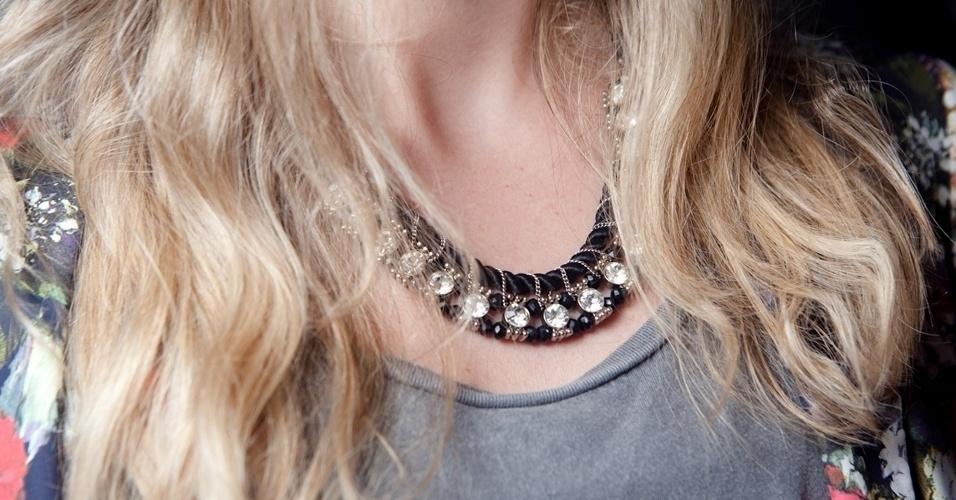 O  colar da Forever 21 usado estilista Cecília Tavares tem cordão de seda, contas metálicas e strass (12/06/2012)