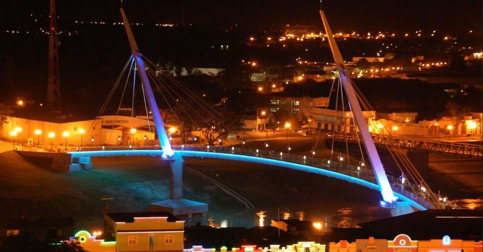 Passarela governador Joaquim Falcão Macedo durante a noite, em Rio Branco (AC)