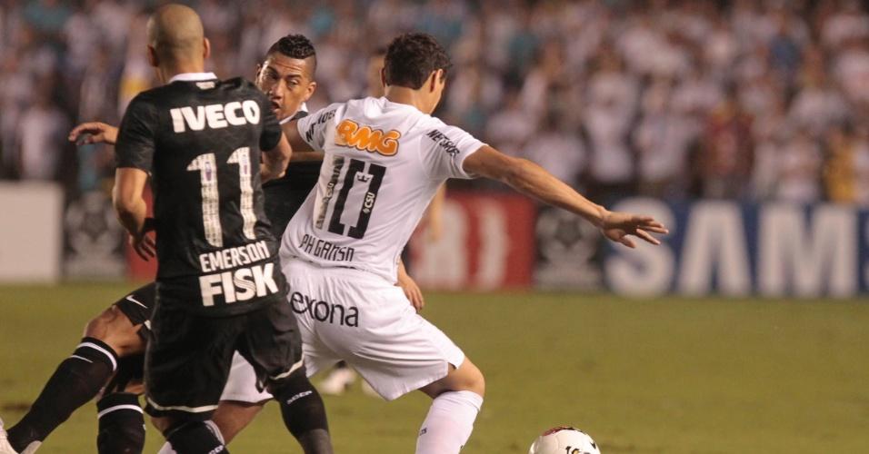 Paulo Henrique Ganso, do Santos, tenta passar pela marcação dupla de Ralf e Emerson, do Corinthians