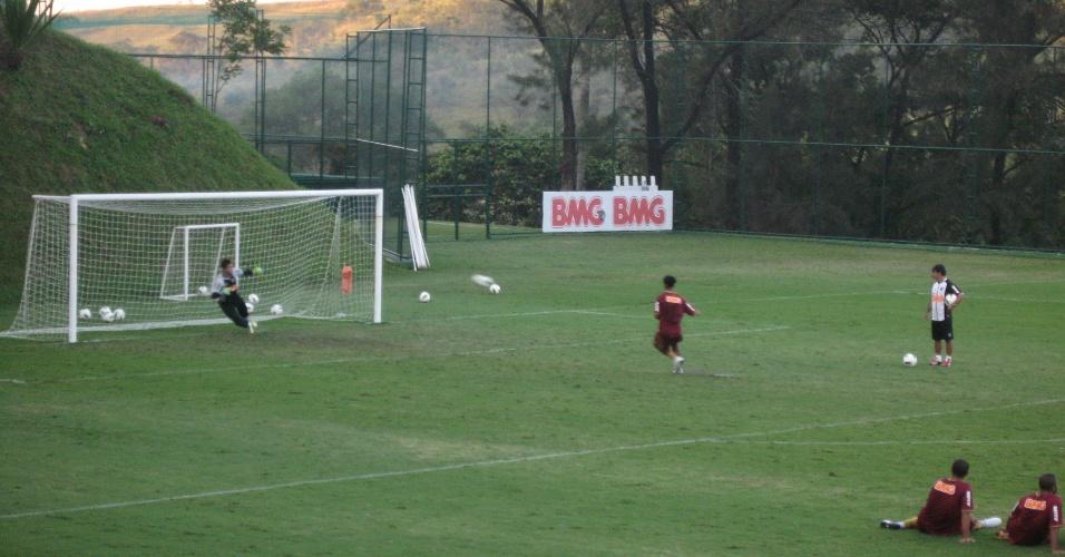 Ronaldinho Gaúcho bate pênalti em 'desafio' diante do goleiro Renan Ribeiro (14/6/2012)