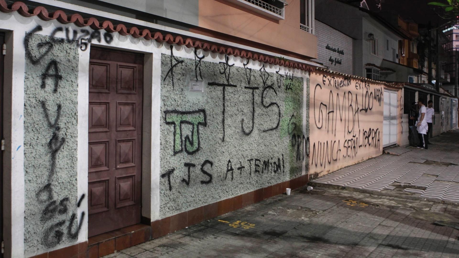 Santistas encheram os arredores da Vila Belmiro de pichações ofensivas aos corintianos