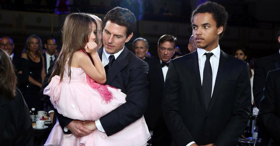 Suri, de 6 anos, faz birra e dá trabalho para Tom Cruise na noite do Entertainment Icon Awar, realizado no dia 12 de junho em Nova York. O filho mais velho do astro, Connor, de seu casamento com Nicole Kidman tambéme esteve presente