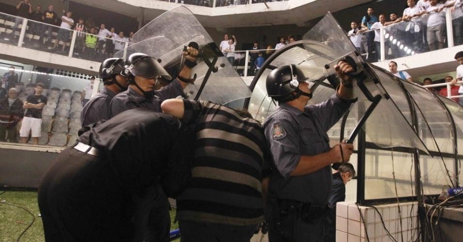 Tite deixa o campo protegido pela polícia depois da vitória do Corinthians por 1 a 0 sobre o Santos