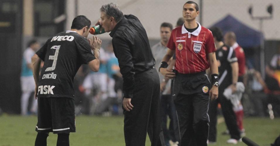 Tite, técnico do Corinthians, orienta o zagueiro Chicão durante jogo contra o Santos