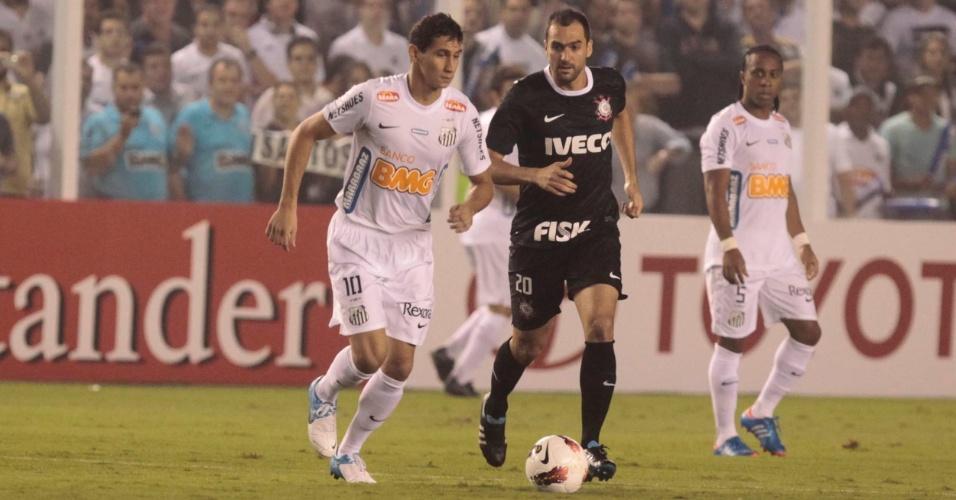 Titular do Santos, Paulo Henrique Ganso encara a marcação de Danilo no jogo contra o Corinthians