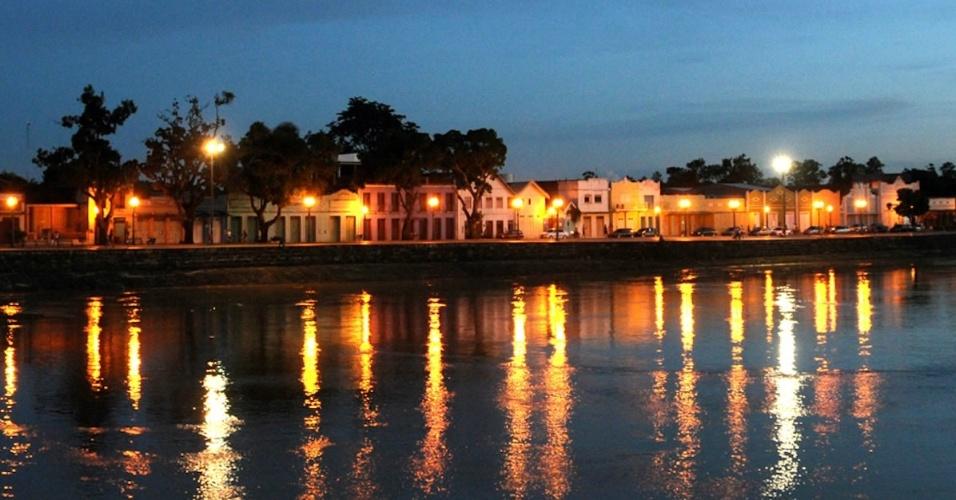 Vista noturna do casário às margens do rio Acre, em Rio Branco (AC)