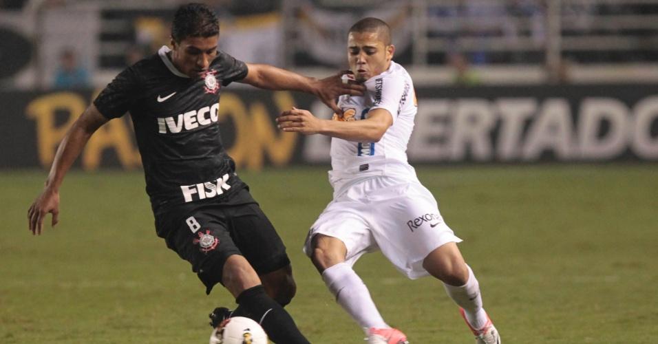 Volantes Paulinho, do Corinthians, e Adriano, do Santos, disputam a posse da bola