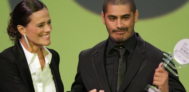 Zélia Duncan entrega prêmio a Criolo no Prêmio da Música Brasileira 2012 (13/6/12)
