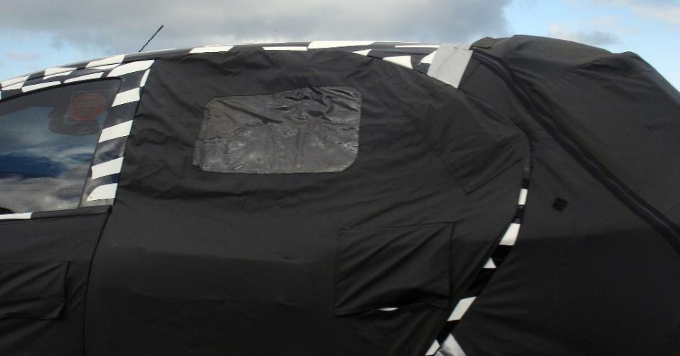 12.Jun.2012 - Detalhe da coluna C permite notar recorte da porta traseira, que se distancia do arco do teto, como no Agile ou ainda no Opel Corsa D