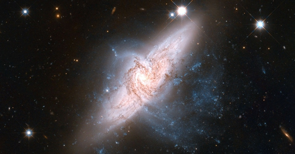 15.jun.2012 - A imagem, obtida pelo telesc&#243;pio Hubble e divulgada pela Nasa (ag&#234;ncia espacial americana), mostra com detalhes um par de gal&#225;xias sobrepostas que atende por NGC 3314