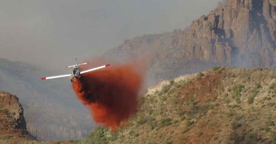 15.jun.2012 - Avi&#227;o combate inc&#234;ndio em &#225;rea do Estado de Arizona, nos EUA