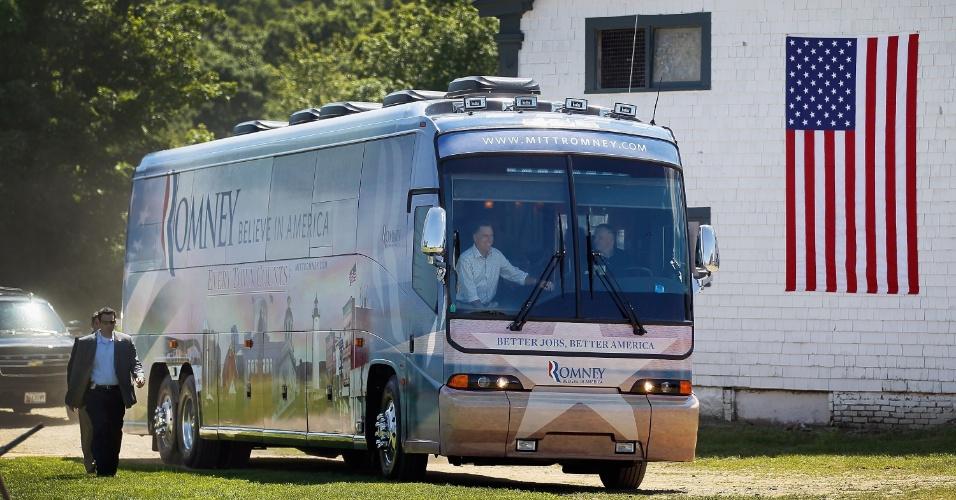 15.jun.2012 - Candidato republicano às eleições presidenciais nos EUA, Mitt Romney iniciou viagem de ônibus pelo nordeste do país