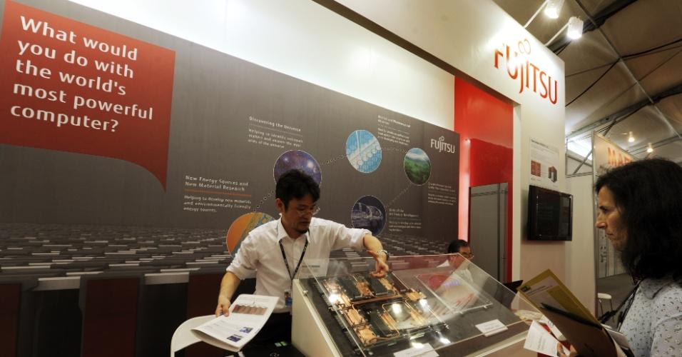 15.jun.2012 - Empresa japonesa mostra como funciona um computador no Parque dos Atletas, local de experiências bem-sucedidas em matéria de desenvolvimento sustentável