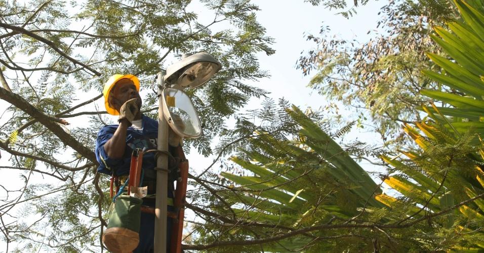 15.jun.2012 - Funcionários fazem últimos reparos para Cúpula dos Povos, um dos maiores eventos paralelo da Rio+20