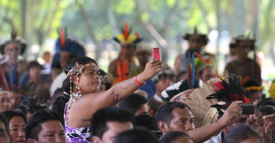 15.jun.2012 - Índia tira foto com celular durante abertura da Cúpula dos Povos, evento paralelo à Rio+20, Conferência da ONU sobre Desenvolvimento Sustentável