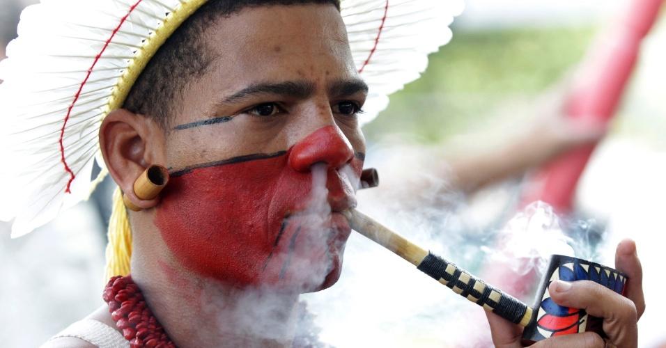 15.jun.2012 - Índio fuma durante abertura da Cúpula dos Povos, evento paralelo à Rio+20, Conferência da ONU sobre Desenvolvimento Sustentável