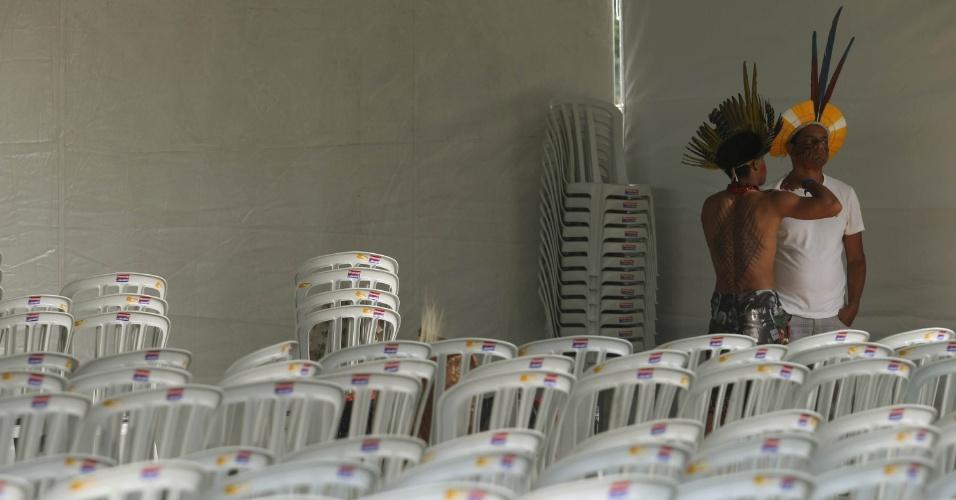 15.jun.2012 - Índios marcam presença durante abertura da Cúpula dos Povos, evento paralelo à Rio+20, Conferência da ONU sobre Desenvolvimento Sustentável