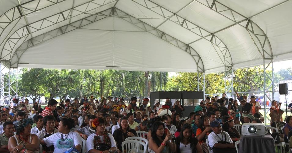 15.jun.2012 - Índios se reúnem durante abertura da Cúpula dos Povos, evento paralelo à Rio+20, Conferência da ONU sobre Desenvolvimento Sustentável