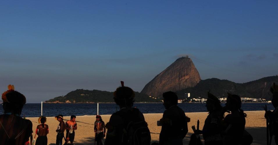 15.jun.2012 - Índios visitam praia do Flamengo, no Rio de Janeiro, durante a Rio+20, Conferência da ONU sobre Desenvolvimento Sustentável