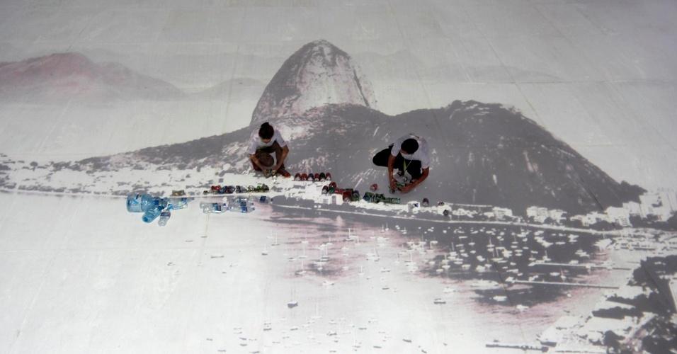 15.jun.2012 - Instalação de Vik Muniz, intitulada Projeto Paisagem em galpão no Aterro do Flamengo. A foto da paisagem carioca será preenchida com lixo reciclado
