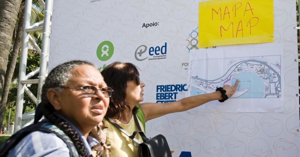 15.jun.2012 - Mapas são colocados de forma improvisada na Cúpula dos Povos, um dos maiores eventos paralelos da Rio+20, e deixam visitantes confusos