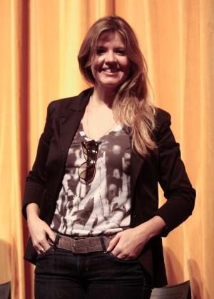 """A atriz Mariana Santos interpreta a lanterninha do cinema, que interage com o público e costura a história de """"Atreva-se"""""""
