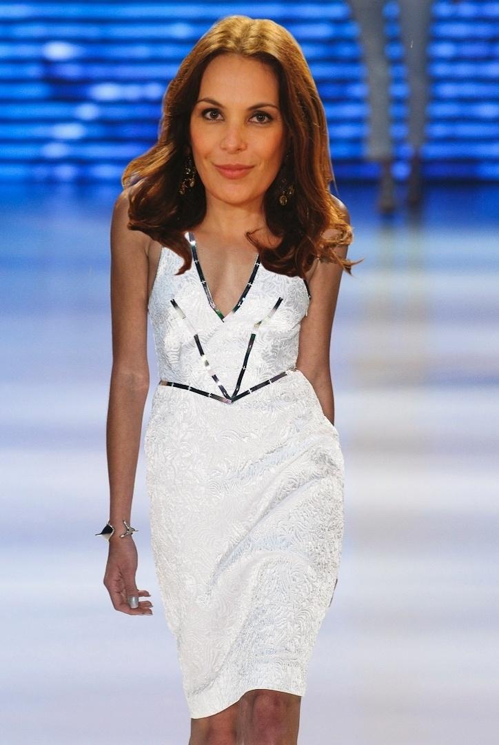 A sensualidade e o brilho do vestido da Iódice compõem o estilo de Alexia (Carolina Ferraz)