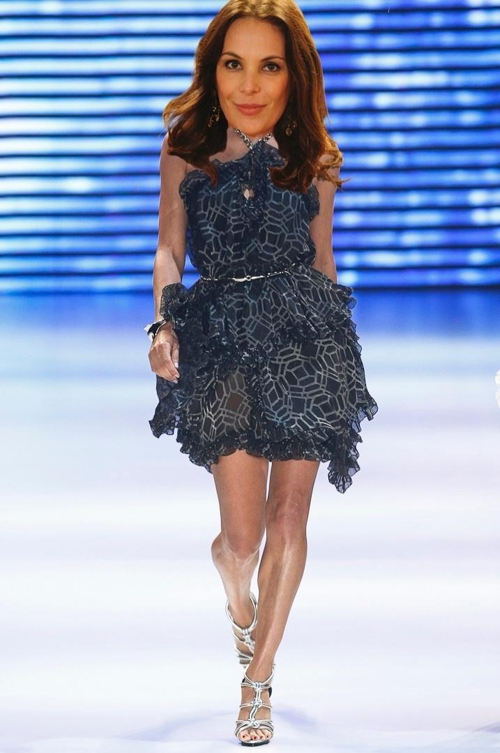 """Alexia (Carolina Ferraz) possui uma veia """"fashionista"""" e usa looks com texturas, como o vestido da Iódice"""