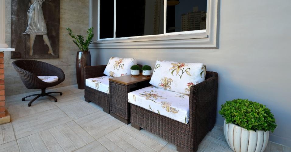 As poltronas e cadeira do Terraço Moulage, da Casa Cor RS 2012, são feitos em ratan sintético na cor marrom
