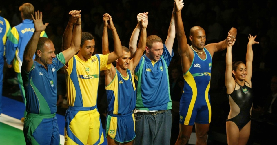 Bernard Rajzman, Serginho, Vanderlei Cordeiro de Lima, Alexandre Herchcovitch, Claudinei Quirino e Daniele Hypolito posam com o uniforme do Brasil em 2003 e 2004, desenhado pelo estilista