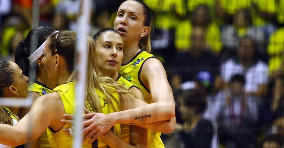 Brasileiras comemoram, e Thaísa e Sheilla observam jogadoras alemãs durante partida pelo Grand Prix