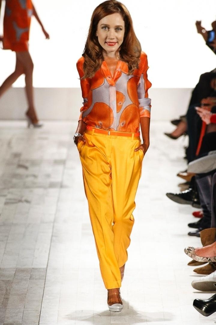Calças largas e estampas, como o look da Forum combinam com o figurino de Noêmia (Camila Morgado)