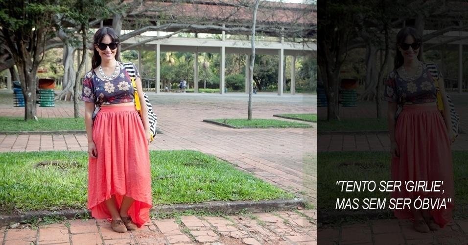 Carolina Lancelloti, 24, fotógrafa, blusa Luigi Bertolli, saia Zara, colar de uma feira de Brasília, mochila Imaginarium, óculos Renner e mix de anéis (14/06/2012)