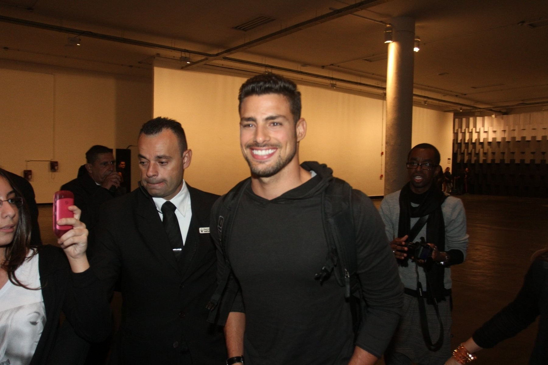 Cauã Reymond deixou a São Paulo Fashion Week após desfilar pela grife Alexandre Herchcovitch (15/6/12)