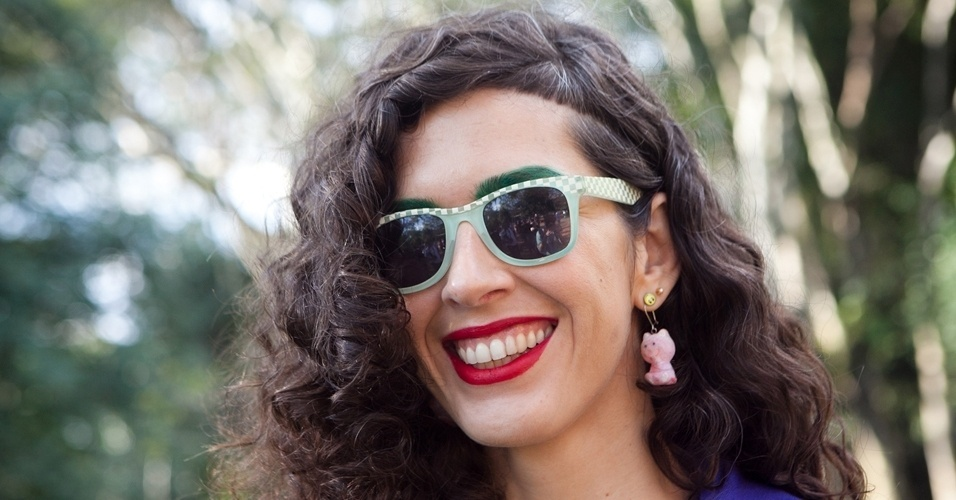 Cibelle usa óculos de uma lojinha de beira de estrada no México e brincos Pax Salon, de Londres  (14/06/2012)