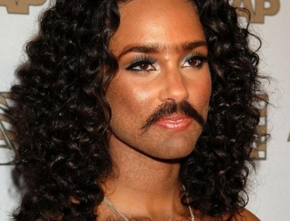 Colocar barba e peito peludo... nas mulheres - Para deixar beldades feias, nada como acrescentar digitalmente uma barba bem grossa e volumosa, além de deixá-las com o peito ''cabeludo''. De bigodinho, a cantora Alicia Keys ficou irreconhecível