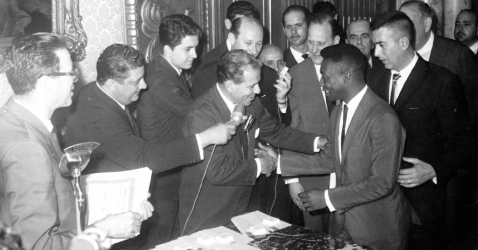 Copa do Mundo, 1962: o presidente João Goulart (centro) cumprimenta o jogador Pelé pela conquista do título da Copa do Mundo de 1962, em Brasília (DF).