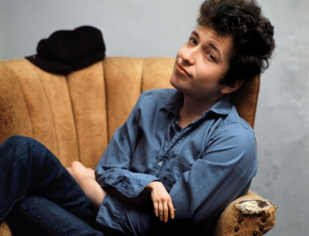 Criar mãozinha menor - O ''One Tiny Hand'' é um Tumblr que publica fotos de celebridades alterando as imagens para diminuir o tamanho de uma das mãos. Ideia bizarra? Certamente... e o resultado é bem engraçado. Na foto, o cantor Bob Dylan