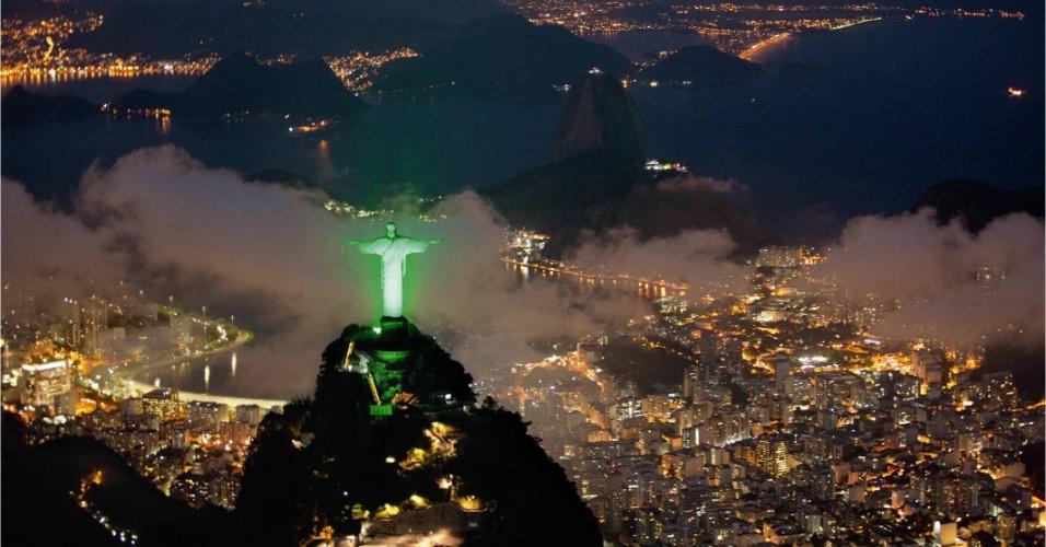 Cristo Redentor é iluminado de verde por conta da Rio+20, Conferência da ONU sobre Desenvolvimento Sustentável. Ao todo foram usados 300 projetores LED para a iluminação