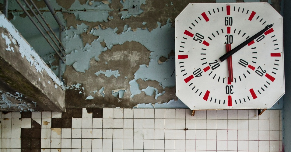Cronômetro pendurado na estrutura que um dia foi uma piscina em Pripyat