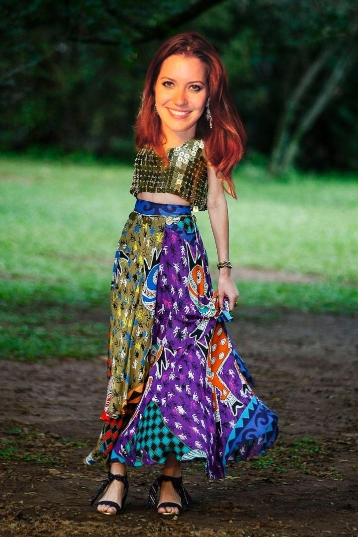 """Débora (Nathalia Dill) costuma usar saia longa e blusas cropped. O look da Neon é colorido e """"fantasioso"""" de mais, mas a silhueta é a mesma usada pela personagem"""