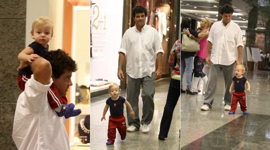 Felipe Camargo passeou com o filho, Antônio, em um shopping da zona sul do Rio (15/6/12)