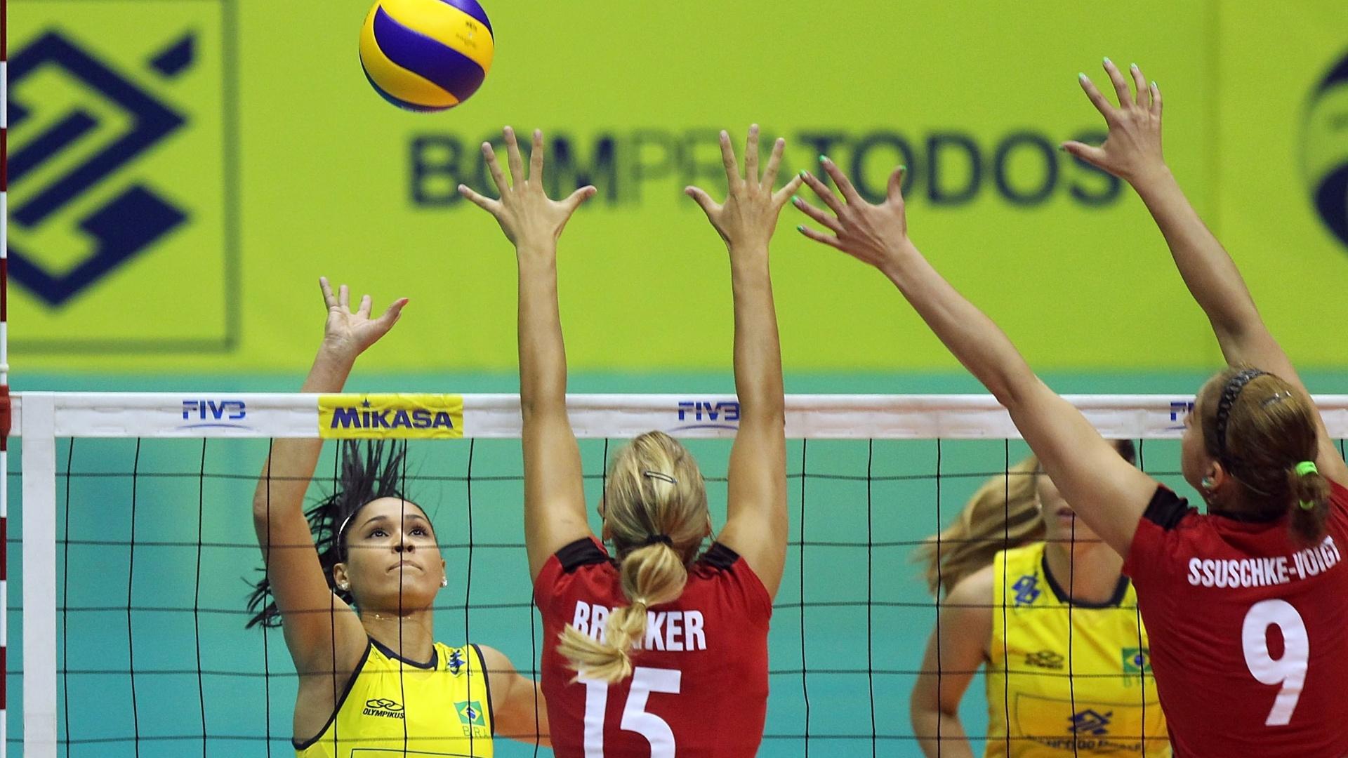 Jaqueline, ponteira do Brasil, dá uma largadinha por cima do bloqueio da Alemanha, pelo Grand Prix