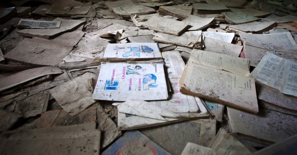 Livros caíram no chão em escola em Pripyat