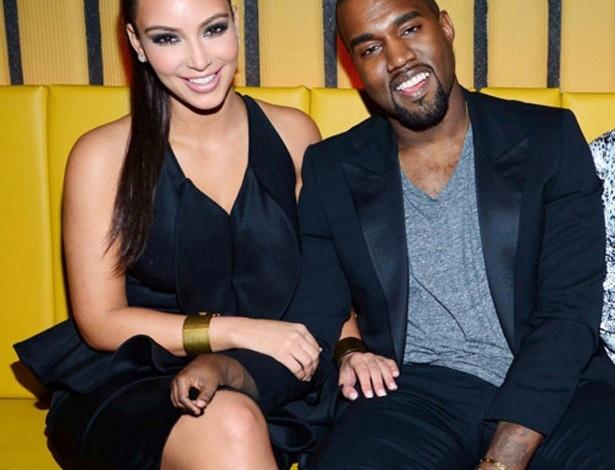 Mãozinha menor - O ''One Tiny Hand'' é um Tumblr que publica fotos de celebridades alterando as imagens para diminuir o tamanho de uma das mãos. Ideia bizarra? Certamente... e o resultado é bem engraçado. Na foto, Kim Kardashian e Kanye West