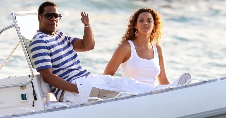 Mãozinha menor - O ''One Tiny Hand'' é um Tumblr que publica fotos de celebridades alterando as imagens para diminuir o tamanho de uma das mãos. Ideia bizarra? Certamente... e o resultado é bem engraçado. Na foto, Jay Z e Beyoncé