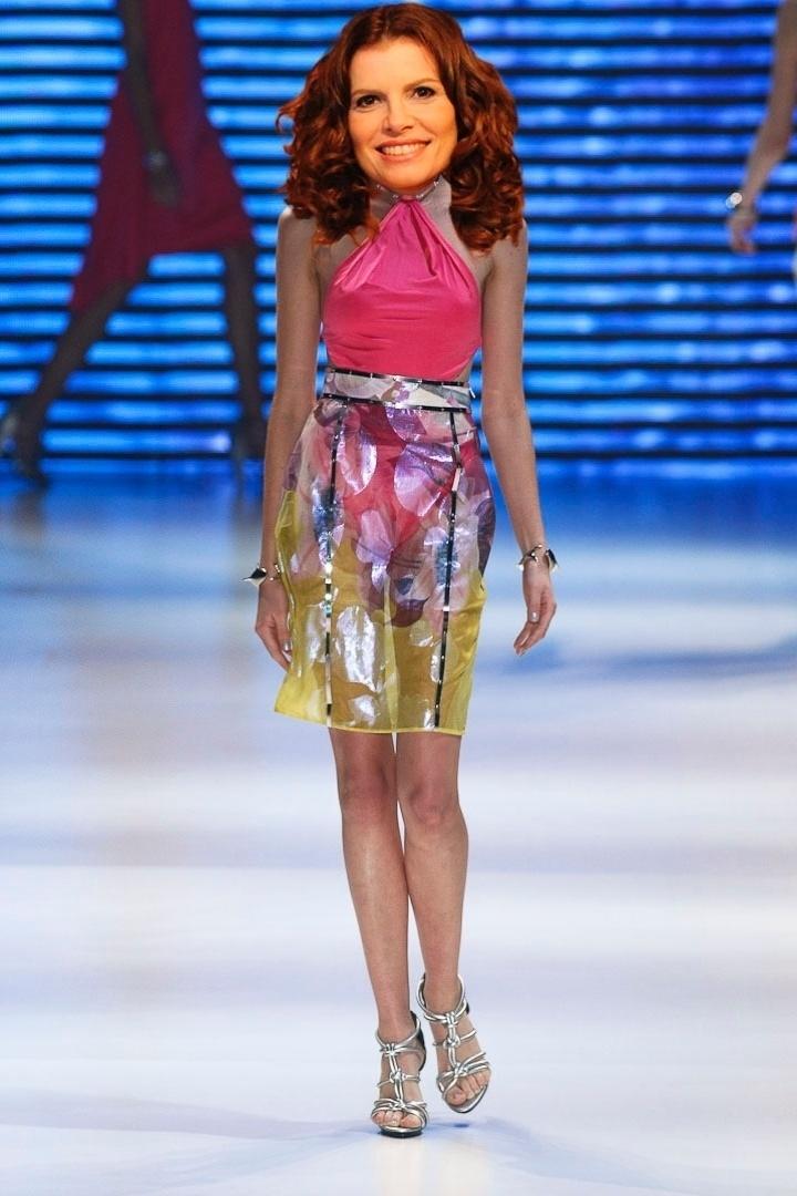 """Na novela """"Avenida Brasil"""", Verônica, interpretada por Débora Bloch, costuma aparecer vestida com blusas drapeadas frente única presas a um colar. O look de saia estampada e blusa presa ao pescoço da Iódice combina com o estilo da personagem"""
