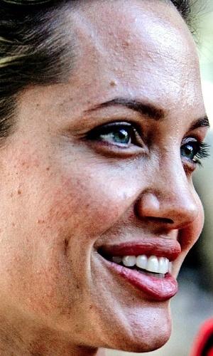 Não usar o Photoshop - Uma das ''maldades'' possíveis com as celebridades é justamente não usar o programa de edição de imagens para esconder imperfeições. O site ''Celebrity Close Up'' tem alguns flagras que mostram de perto rostos de famosos. Na foto, Angelina Jolie