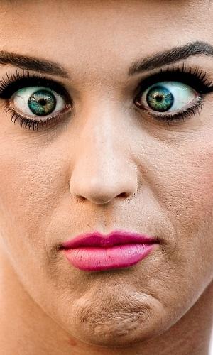 Não usar o Photoshop - Uma das ''maldades'' possíveis com as celebridades é justamente não usar o programa de edição de imagens para esconder imperfeições. O site ''Celebrity Close Up'' tem alguns flagras que mostram de perto rostos de famosos. Na foto, Katy Perry