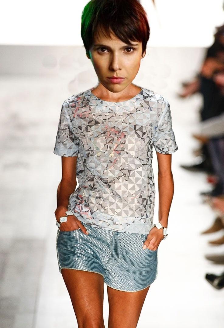 Nina (Débora Falabella) possui estilo básico, composto basicamente por camisetas soltas. O look estampado com shortinhos da Forum combina com a silhueta usada pela personagem